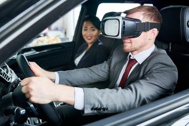hombre que usa la realidad virtual para aprender a conducir