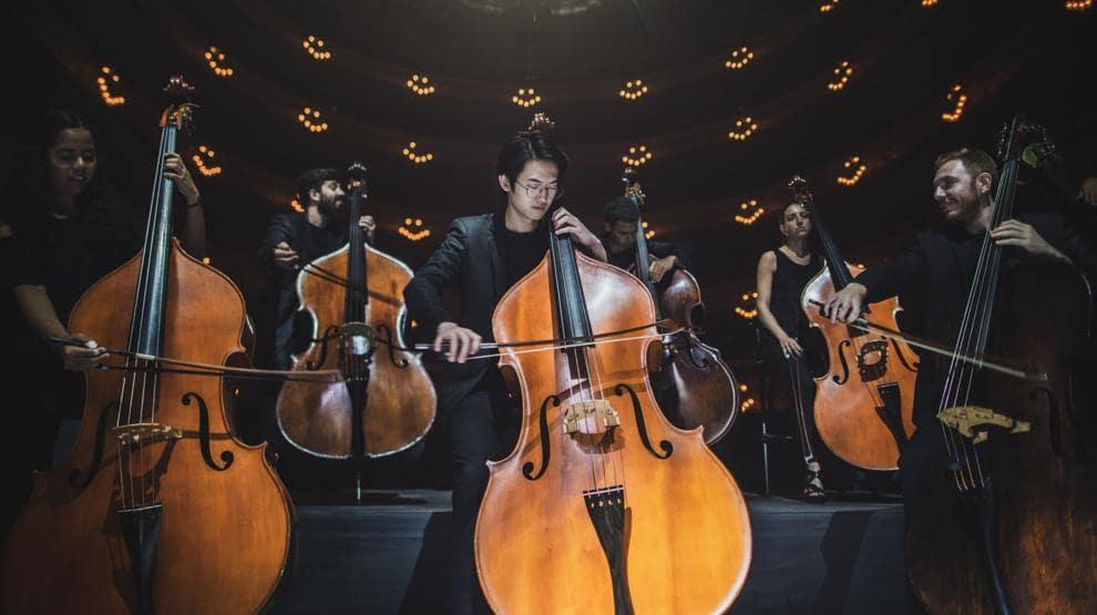 Músicos de una orquesta en un concierto virtual